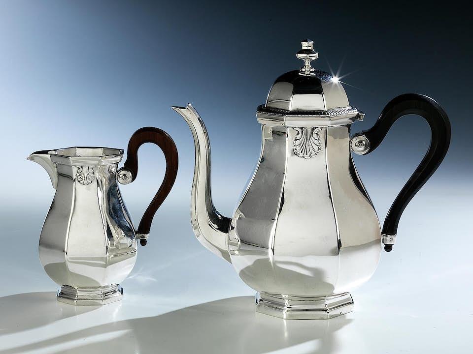 Französische Kaffeekanne und Milchkännchen