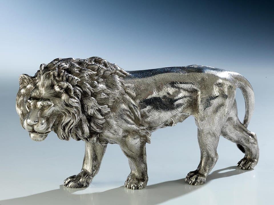 Schreitender silberner Löwe