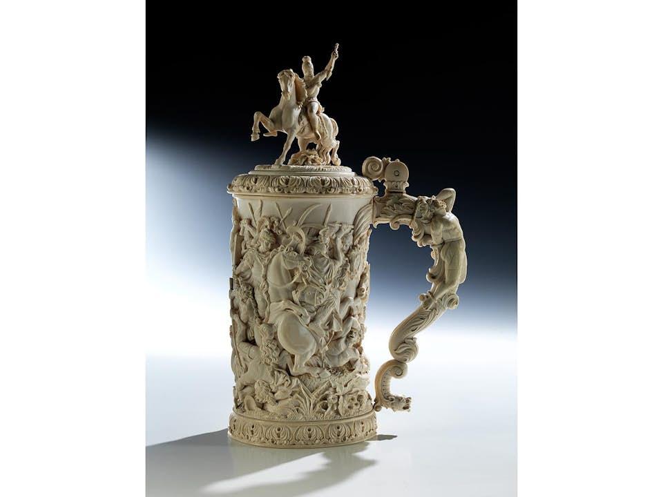 Großer historistischer Elfenbein-Deckelhumpen