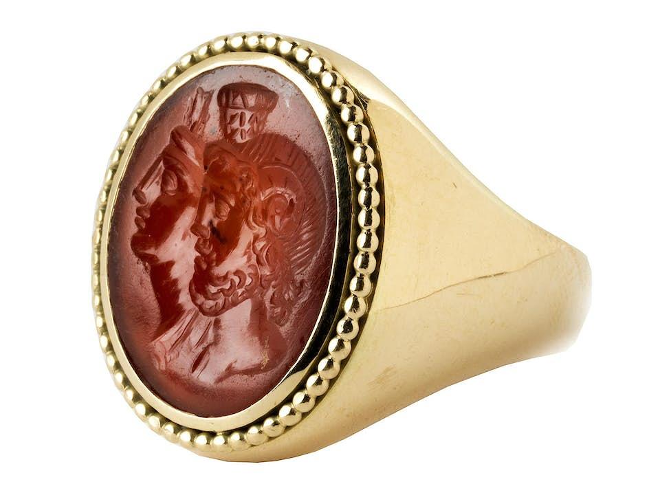 Große antike Karneolgemme in moderner Ringfassung in Gold