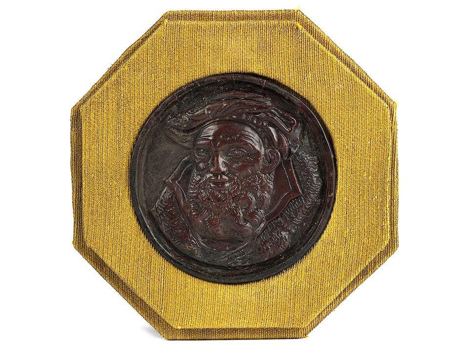 Kleines geschnitztes Relieftondo mit der Büste eines bärtigen Mannes