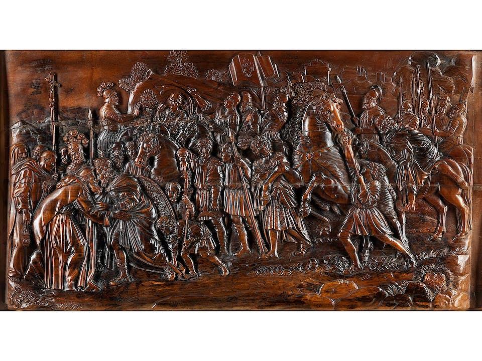 Breitformatiges Holzrelief mit historischer Darstellung