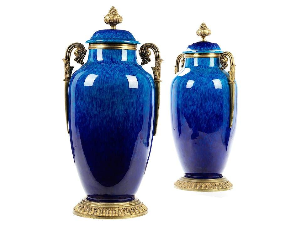 Paar Sèvres-Kaminvasen mit vergoldeter Bronzemontierung