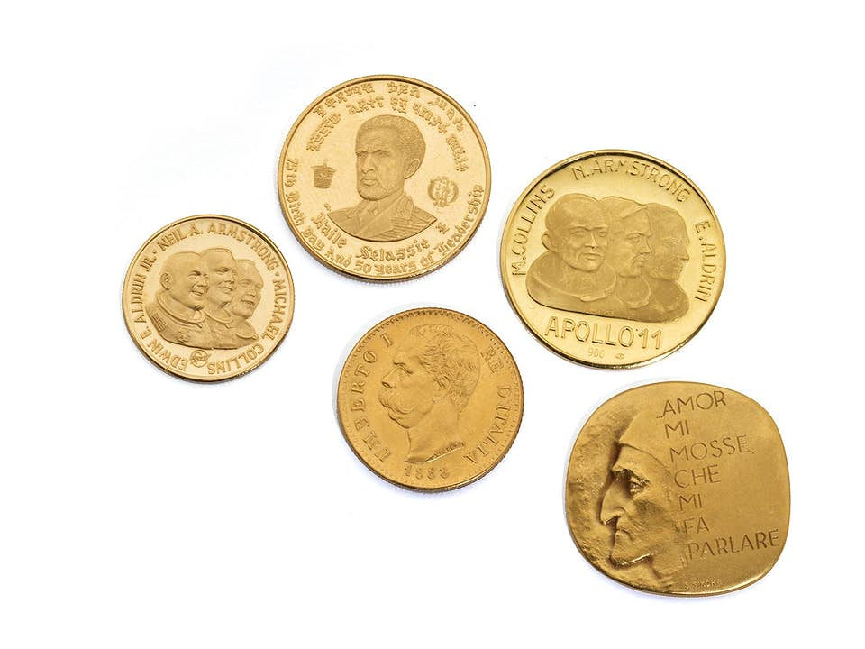 Vier Goldmünzen und eine Medaille