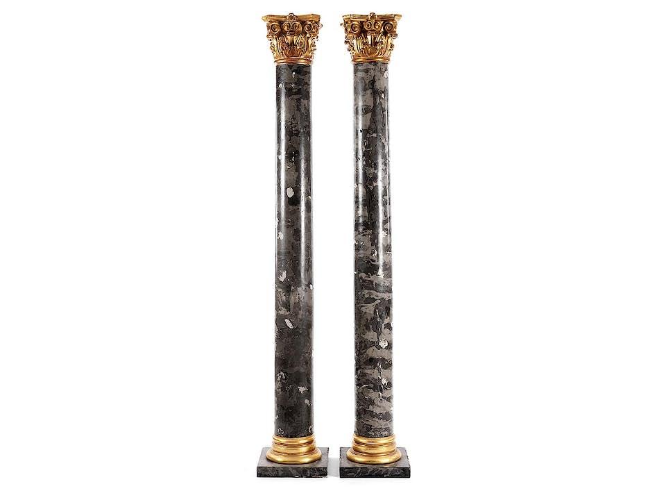 Paar hohe Rundsäulen