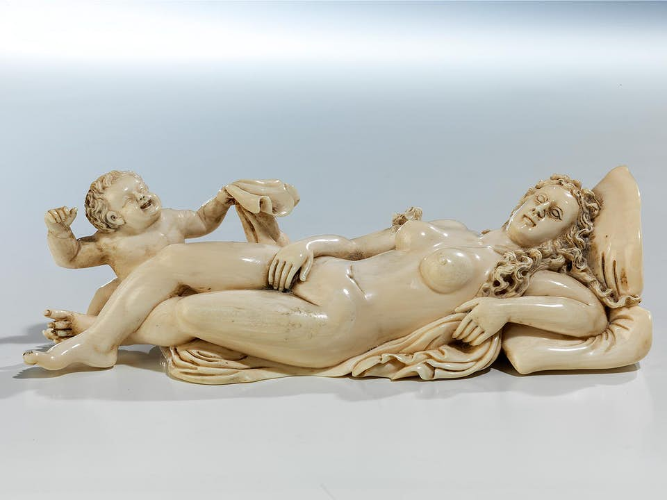 Elfenbeinschnitzfigur einer schlafenden Venus mit Amorknäblein