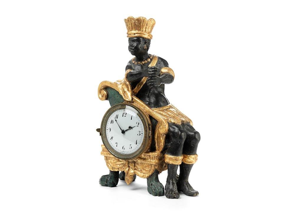 """Kleine Wiener Tischuhr mit geschnitzter thronender Figur """"Afrika"""""""