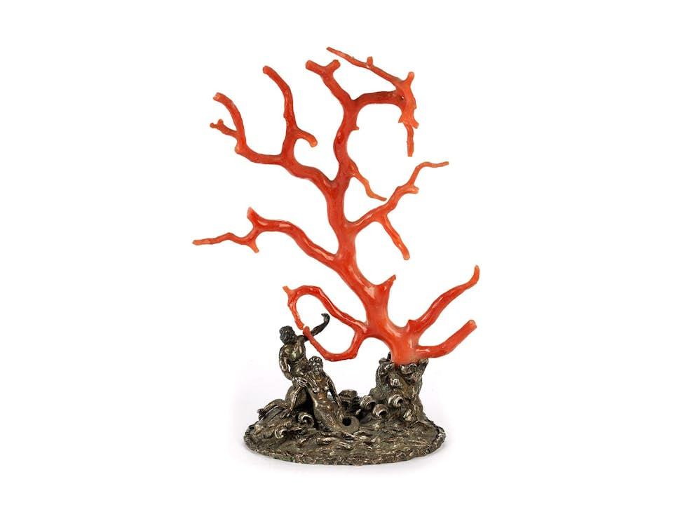 Kunstkammerobjekt mit großer roter Koralle in Form eines Baumes