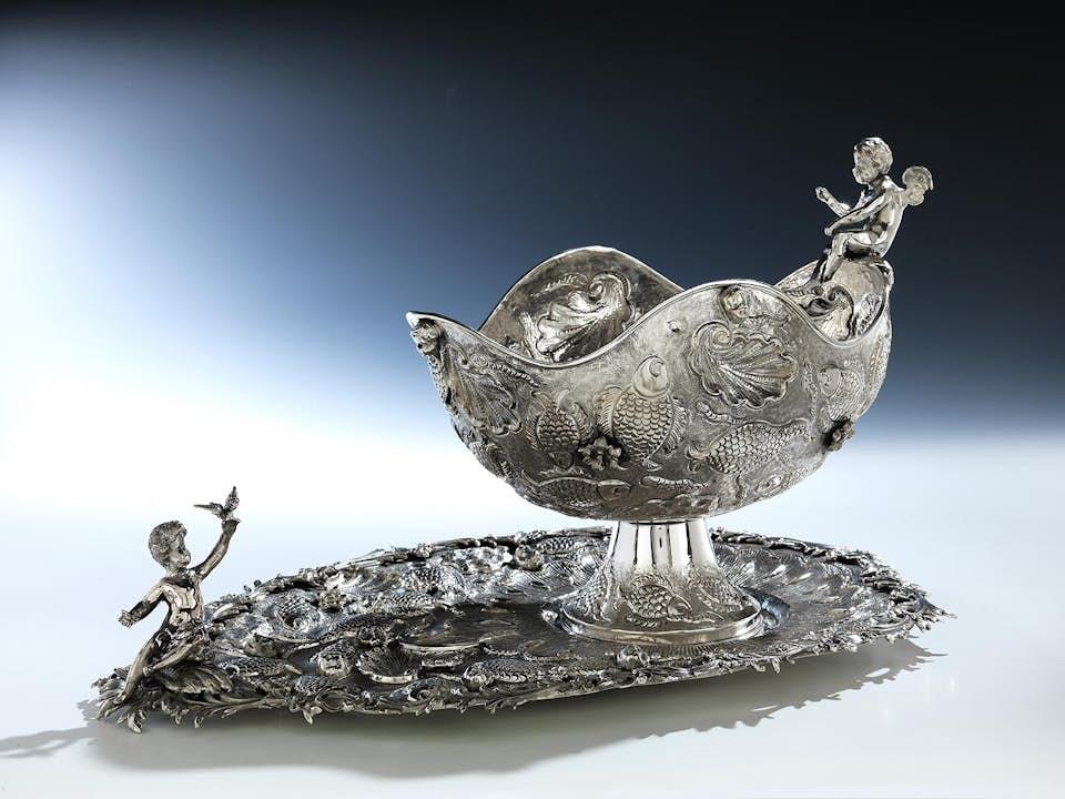 Silberner Tafelaufsatz mit maritimem Dekor