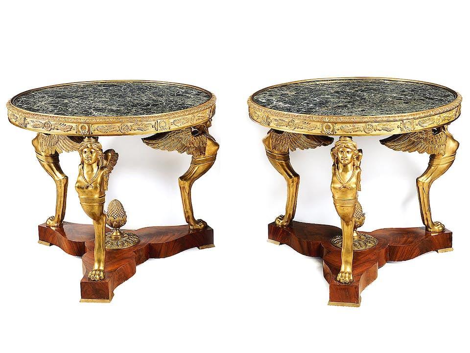 Paar runde Empire-Tische