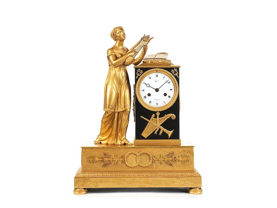 Französische Kaminuhr in feuervergoldeter Bronze mit figürlicher Dekoration