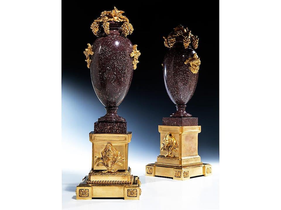 Paar elegante Kaminziervasen in rotem, ägyptischem Porphyr und feuervergoldeter Bronze