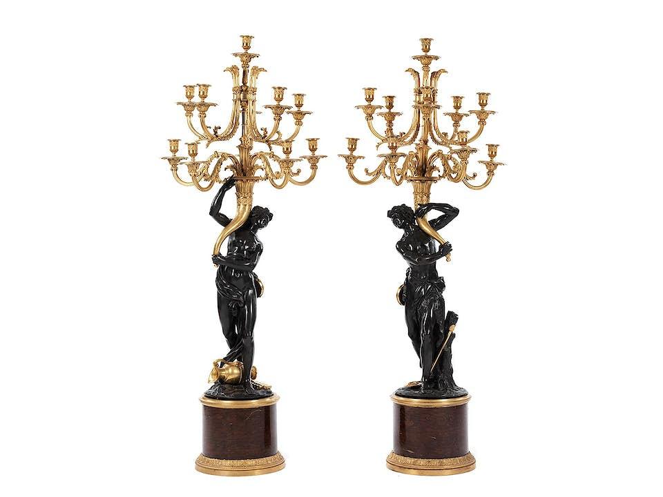 Paar außergewöhnliche, große Girandolen in brünierter und vergoldeter Bronze auf Marmorsockeln