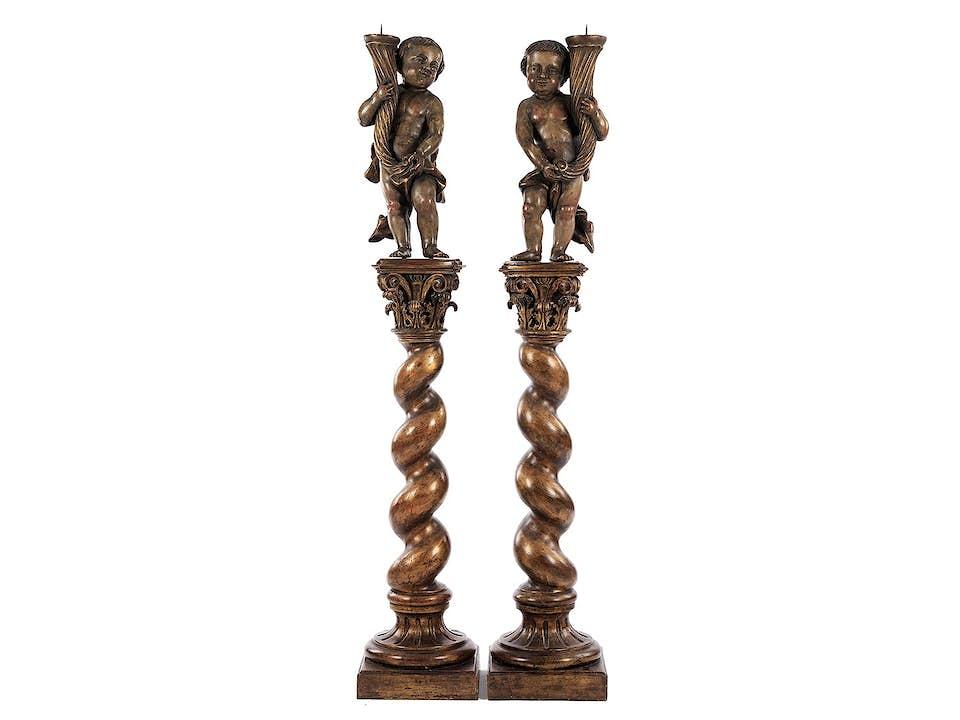 Paar Leuchterengel auf hohen gedrehten Säulen