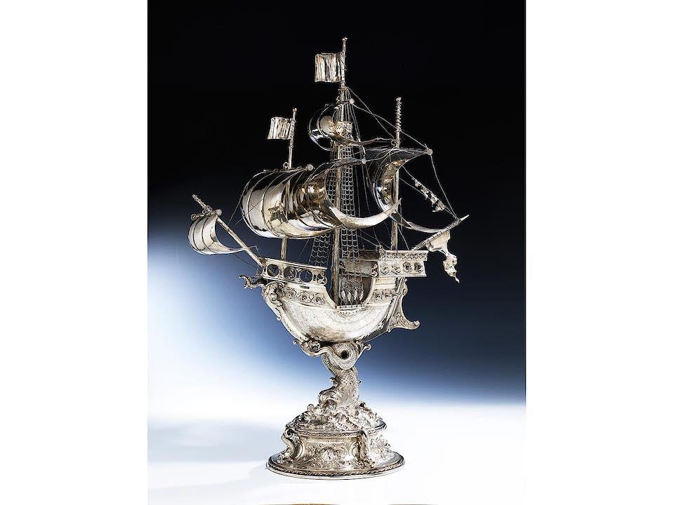 Großes silbernes Prunkschiff