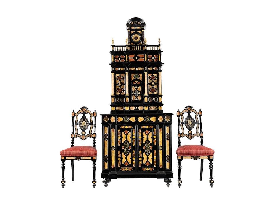 Pietra dura-Kabinettschrank mit zwei Stühlen