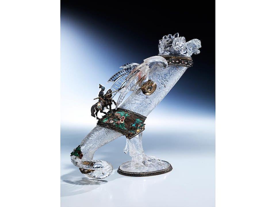 museales Bergkristallobjekt mit Heiligem Georg auf Drachen