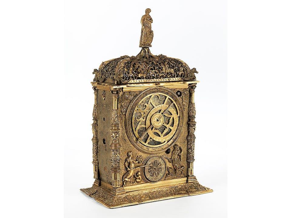 Prächtige Tisch- und Kalenderuhr mit feuervergoldetem Gehäuse