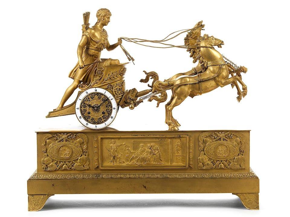 Große Kaminuhr in feuervergoldeter Bronze mit antikem Pferdelenker
