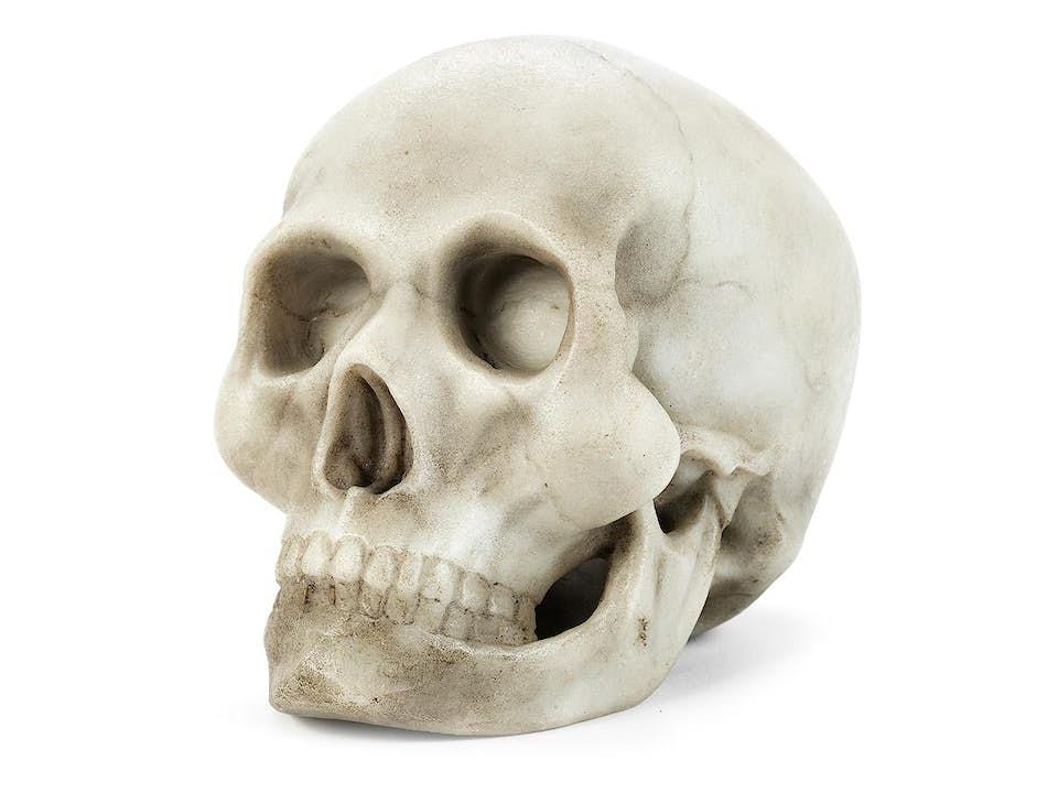 Schädel in feinkristallinem grauem Marmor