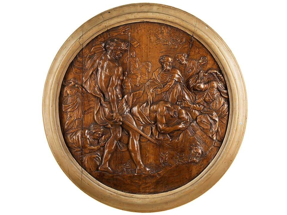 Großes Holztondo mit der Darstellung einer Enthauptung, wohl des Hl. Achatius