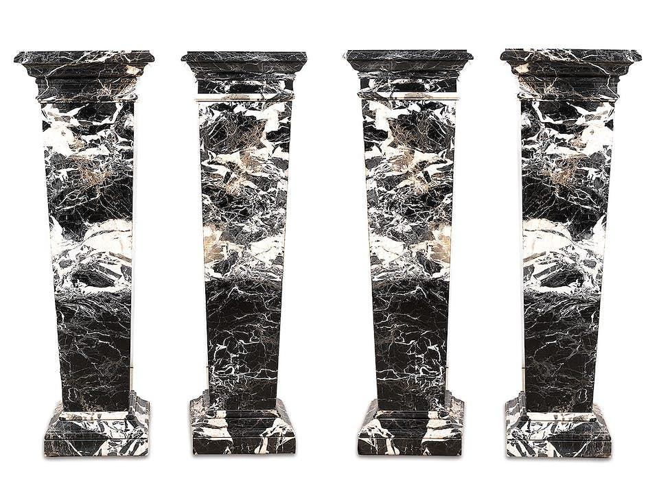 Vier Marmorpfeiler