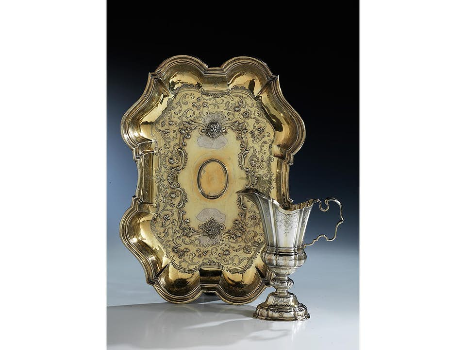 Große Augsburger Silberplatte mit einer darin eingestellten Helmkanne