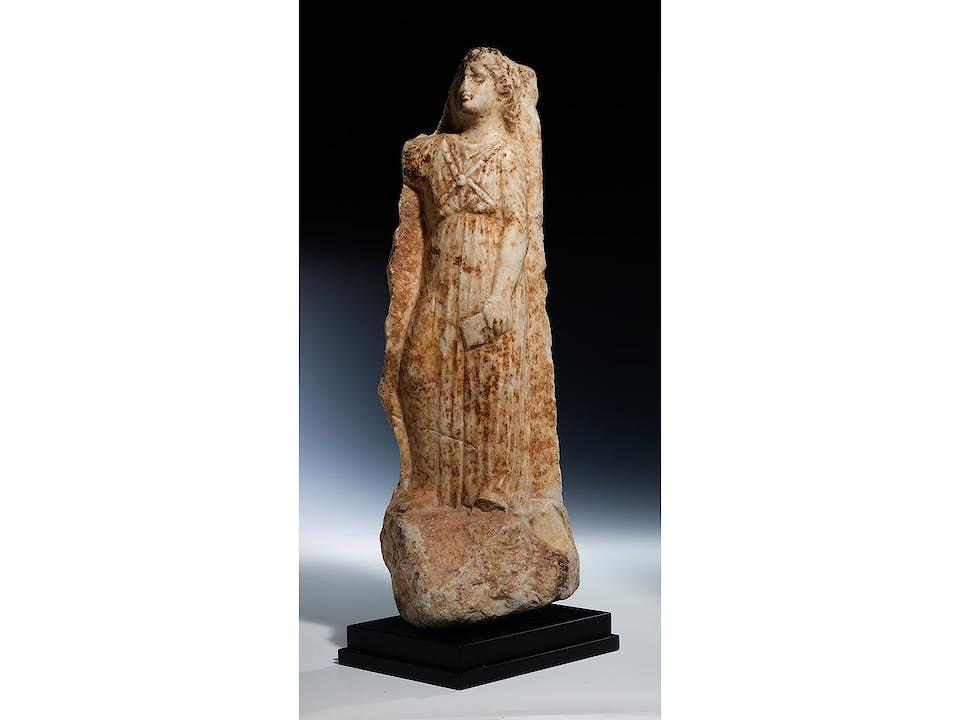 Grosses hellenistisches Marmorfragment einer Grabstele mit Dienerin