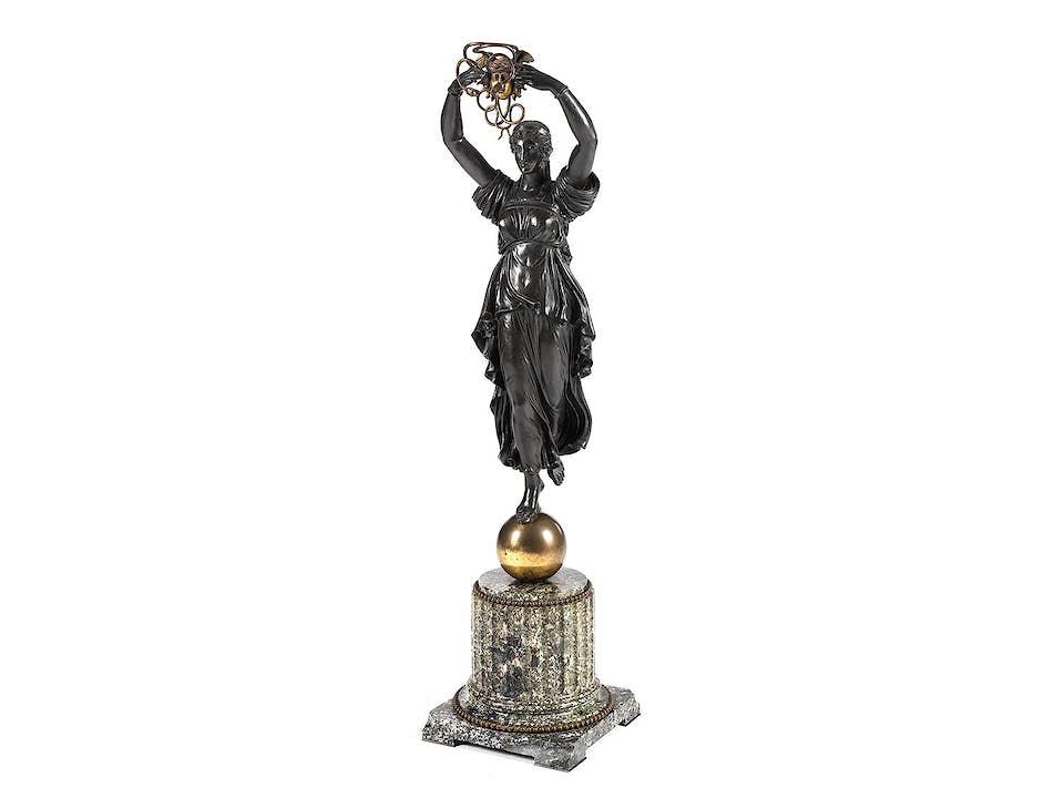 Empire-Figur in Gestalt einer Medusa