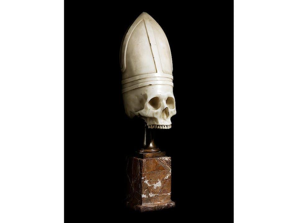 Memento mori-Marmorschädel mit Bischofsmitra