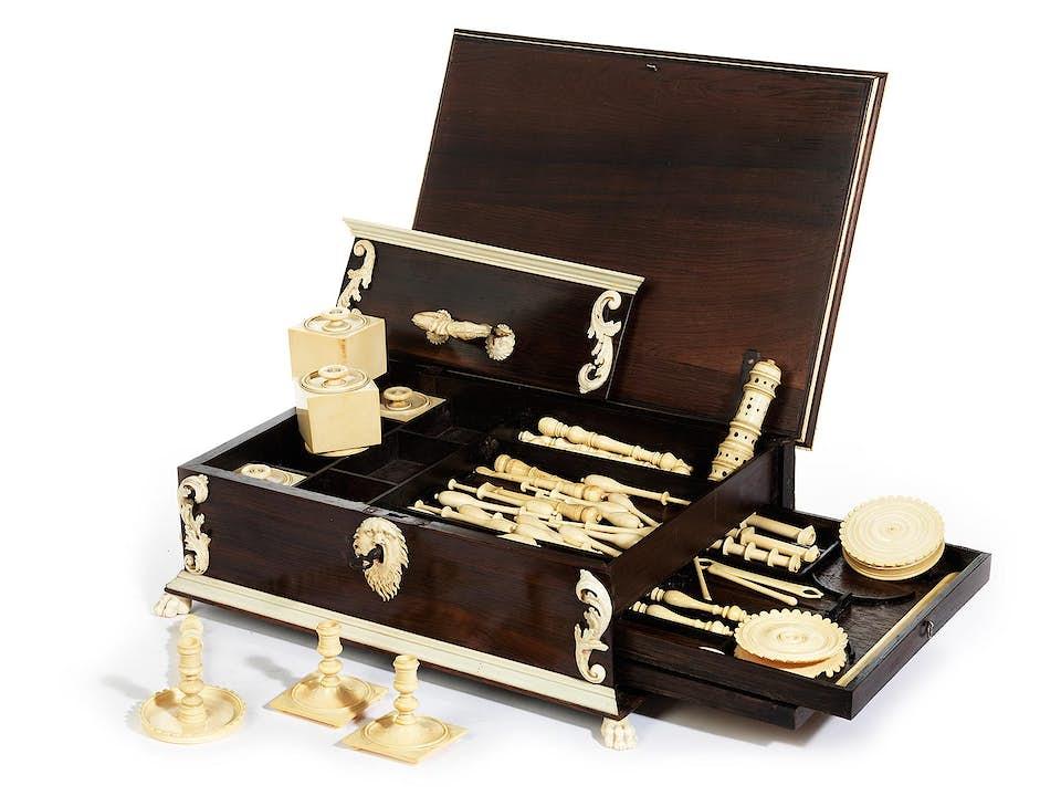 Höchst elegante und hochwertig gearbeitete Näh- und Schreibschatulle