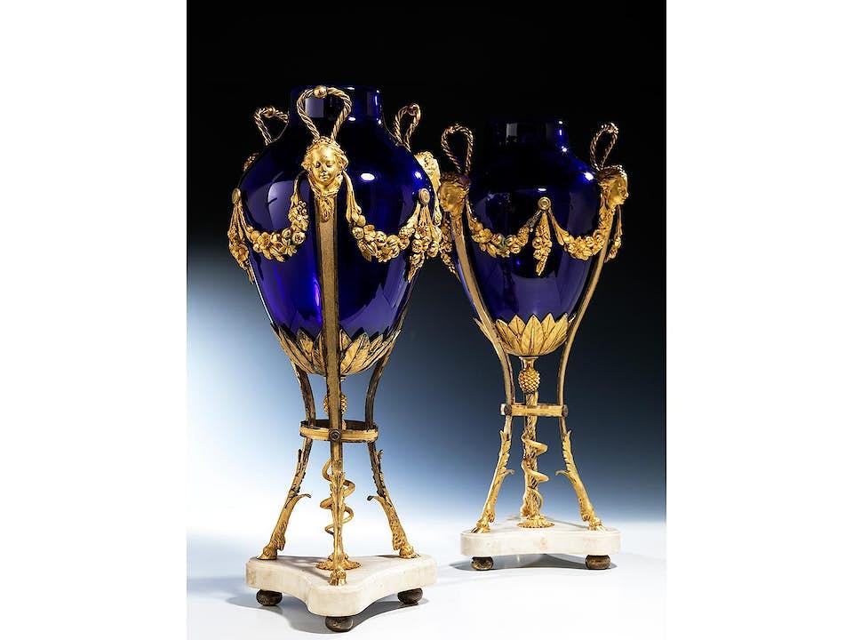 Paar Louis XVI-Vasen mit blauen Glaseinsätzen