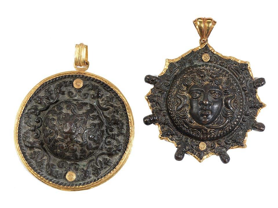 Paar kappenförmige Bronzebeschläge, wohl Schildbuckelzier