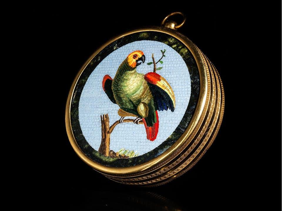 Ormolutondo mit Papagei in Mikromosaik