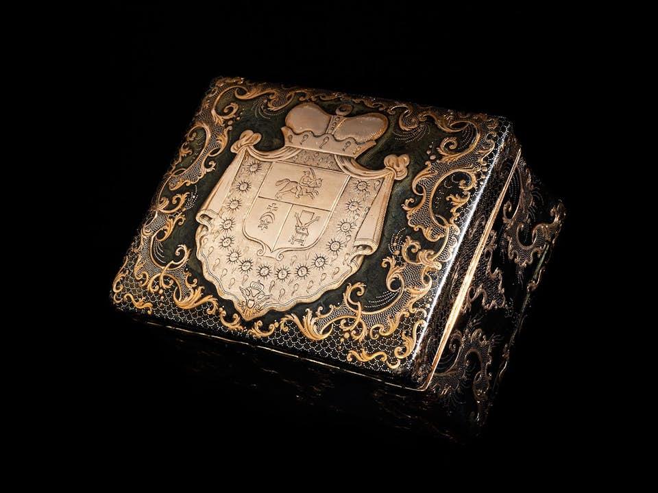 Schildpattschatulle mit Goldpiqué-Dekor