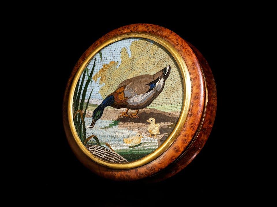 Runddose mit Entenfamilie in Mikromosaik