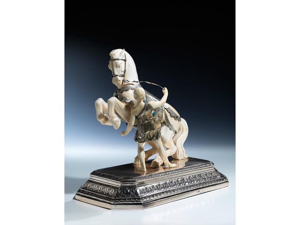 Elfenbein-Figurengruppe eines Pferdes beim Voltigieren auf Silbersockel