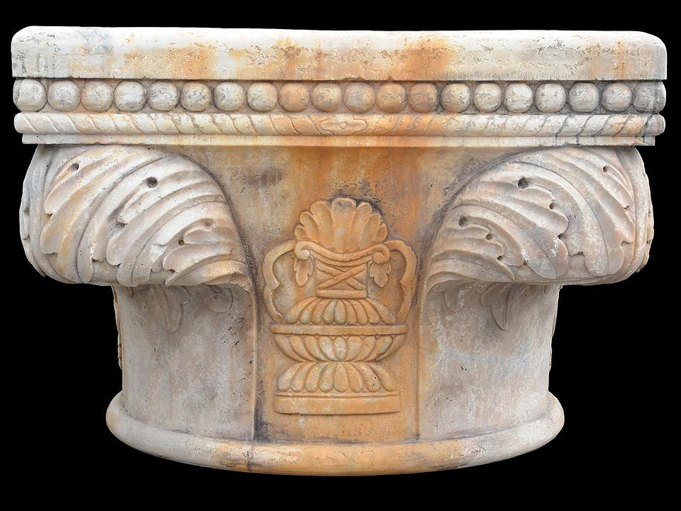 Brunnen mit Reliefzier