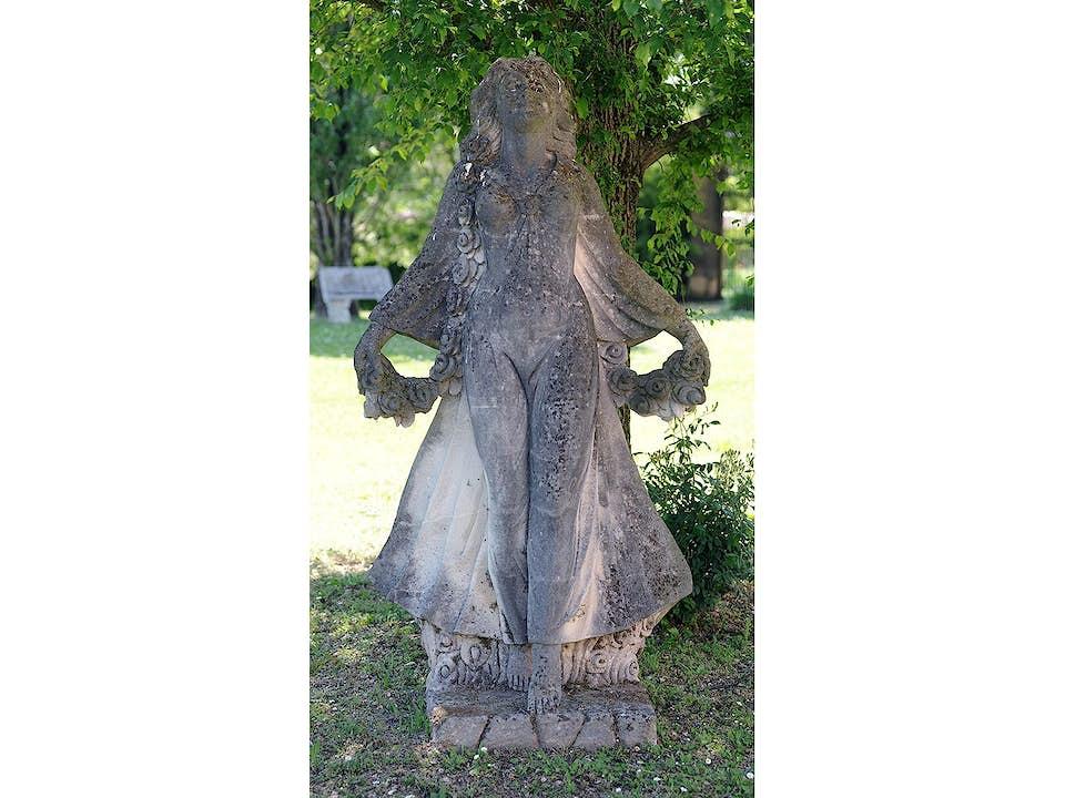 Weibliche Steinfigur