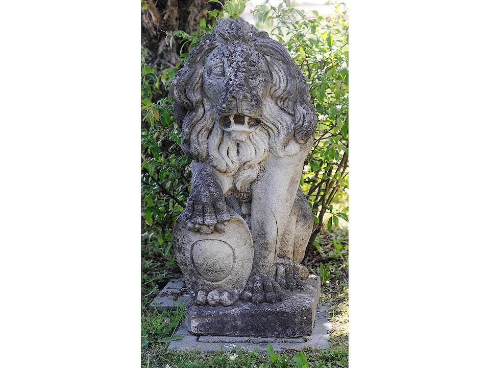 Steinerne Löwenfigur
