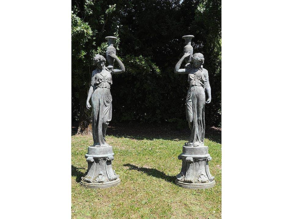 Paar große Frauenfiguren mit Amphoren